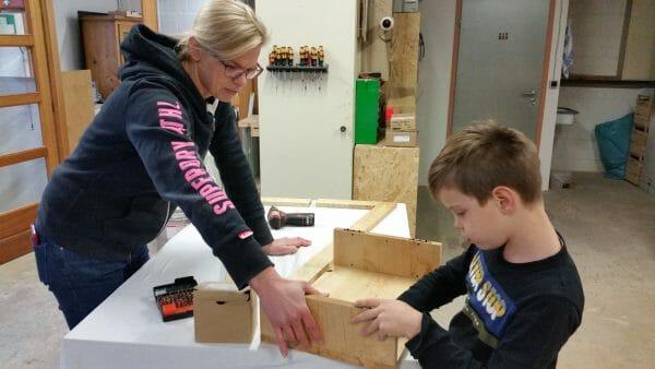 eltern kind kurs-kreative auszeit-schreinerkurs-moebel selber bauen
